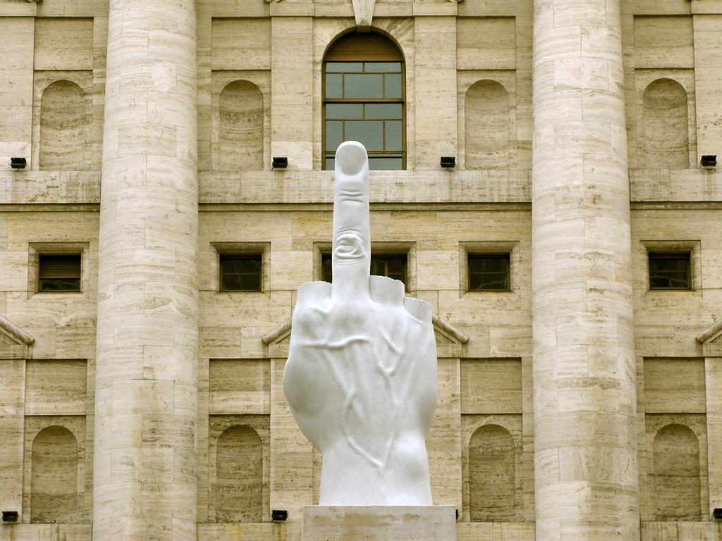 Maurizio Cattelan – L.O.V.E., 2010, MARMURA Carrara, 1100 x 470 x 470 cm, Piata de afaceri, Milano, Italia. Photo: catawelt.com